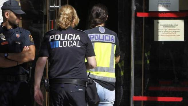 Agentes policiales en el registro de la operación 'Enredadera' en Torrelodones, Madrid.