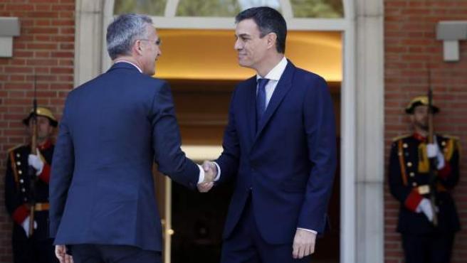 Pedro Sánchez recibe en la Moncloa al secretario general de la OTAN, Jens Stoltenberg.