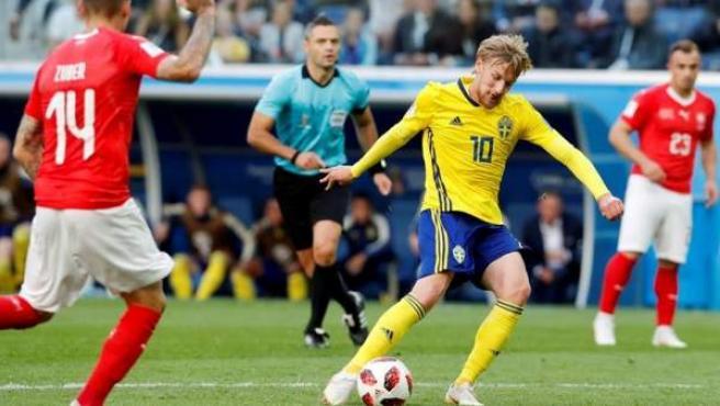 Emil Forsberg, de Suecia, marca ante Suiza en el partido de octavos de final del Mundial de Rusia 2018.