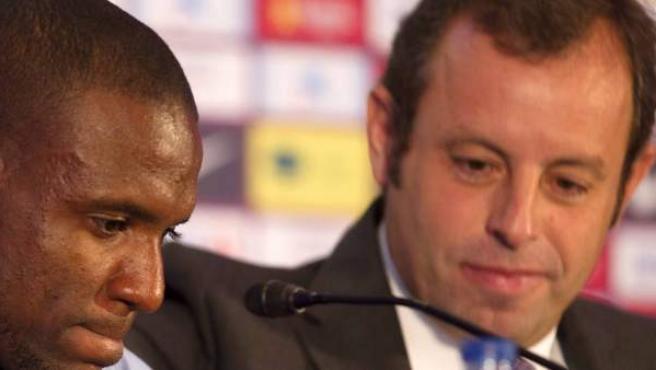 Eric Abidal y Sandro Rosell en rueda prensa de despedida del jugador.