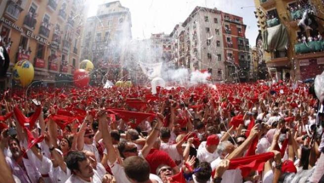 Cientos de personas festejan el inicio de las fiestas de San Fermín el año pasado.