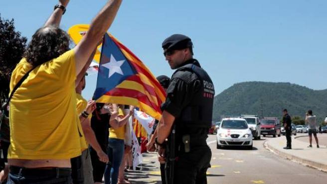 Llegada de Junqueras, Romeva y los Jordis en dos furgonetas al centro penitenciario Els Lledoners.