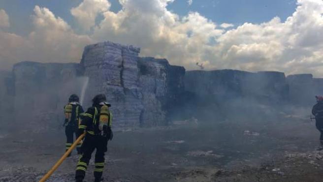 Labores de extinción del incendio en la fábrica de Europac