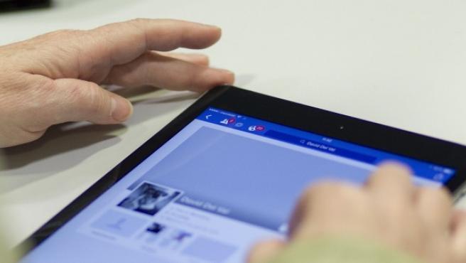 Una persona conectándose a Internet a través de una tablet.