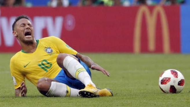Neymar, en el césped durante el Brasil-México del Mundial de Rusia 2018.