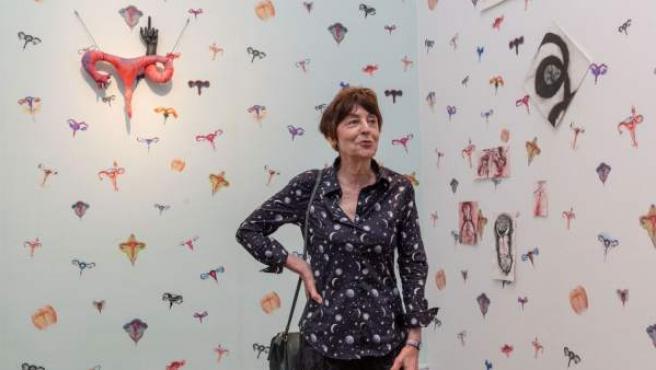 La artista francesa Annette Messager dentro de su 'Habitación de úteros' que puede visitarse en el IVAM hasta el próximo 4 de noviembre.