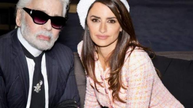 Penélope Cruz, con chaqueta de tweed rosa de Chanel, junto a Karl Lagerfeld.