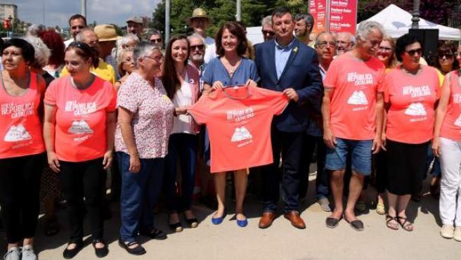 Los representantes de las entidades independentistas con la camiseta para la Diada.