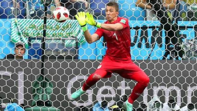 Fernando Muslera, portero de Uruguay, falla en el segundo gol del partido contra Francia.