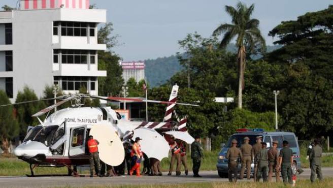 Soldados y policías tailandeses evacúan en helicóptero a uno de los niños rescatados de la cueva de Chiang Rai, en Tailandia.