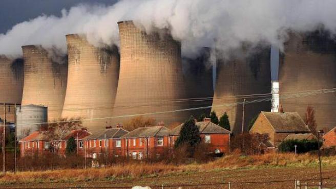 <p>Una central eléctrica de carbón vierte gases a la atmósfera.</p>