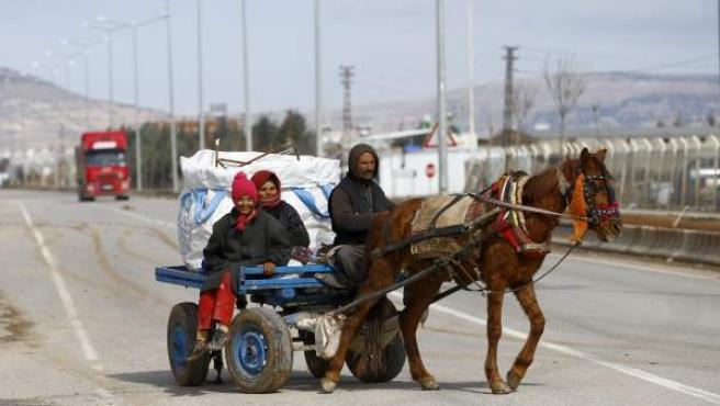 Un grupo de desplazados, en la frontera entre Turquía y Siria.