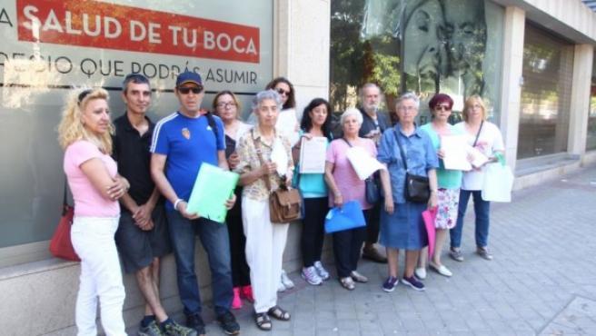 Afectados por el cierre de Idental, frente a la clínica de Méndez Álvaro (Madrid).