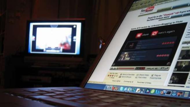 Un vídeo de YouTube reproduciéndose en un portátil.