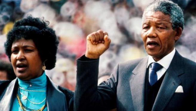 Fotografía de archivo que muestra al expresidente sudafricano Nelson Mandela (d) junto a su esposa Winnie Mandela (i) durante un acto de bienvenida tras su salida de la cárcel en Johannesburgo, Sudáfrica, el 13 de febrero de 1990.