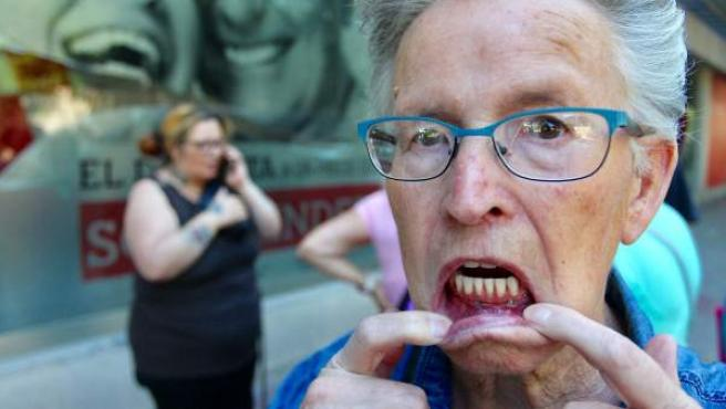 Esther González, 76 años, muestra la mala praxis que cometió con ella Idental.