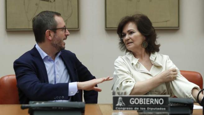 La vicepresidenta del Gobierno, Carmen Calvo, y el vicesecretario general del PP, Javier Maroto, durante su comparecencia en la comisión de igualdad.
