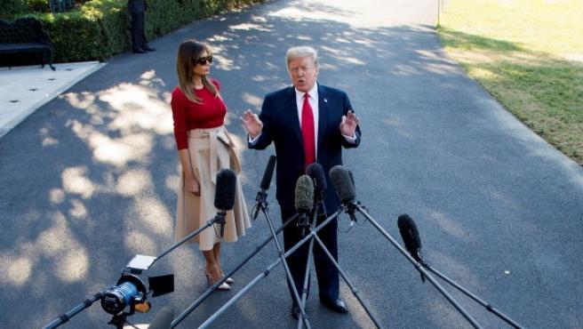 El presidente Donald J. Trump, atiende a los medios junto a la primera dama, Melania Trump, en el jardín sur de la Casa Blanca (Washington), antes de poner rumbo a Europa.
