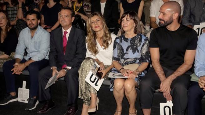Begoña Gómez (en el centro) durante su asistencia al desfile de Ana Locking