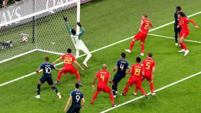 Samuel Umtiti bate a Courtois para hacer el gol de Francia a Bélgica.
