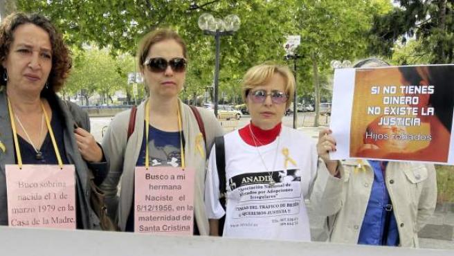 Miembros de la asociación SOS Bebés Robados de Madrid durante una manifestación.
