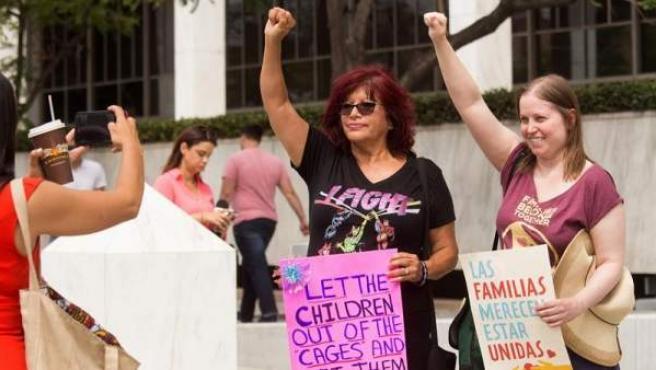 Manifestación contra las separaciones de familias inmigrantes frente a la sede del Gobierno federal en Los Ángeles, California (EE UU).