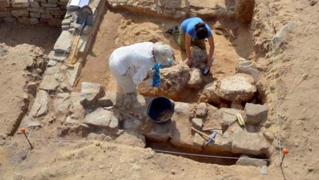 Arqueólogos trabajando en las ruinas romanas de Baelo Claudia, cerca de la actual Tarifa, Cádiz.