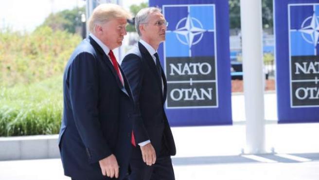 El presidente de los Estados Unidos, Donald J. Trump, y el secretario general de la OTAN, Jens Stoltenberg, a su llegada a la cumbre de jefes de Estado de la OTAN en Bruselas.