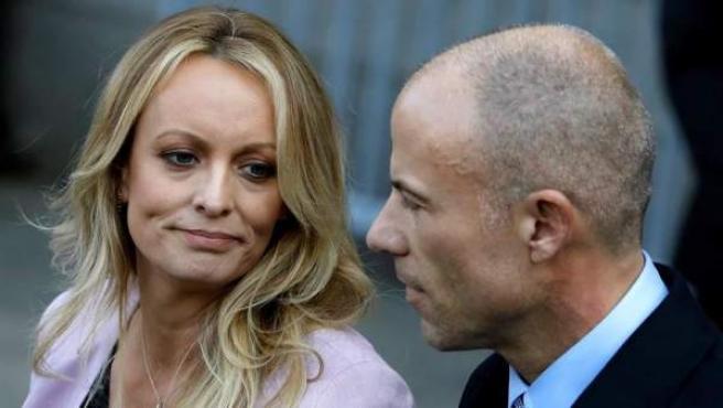 La actriz porno Stormy Daniels, junto a su abogado, Michael Avenatti, a la salida del Tribunal Federal de Nueva York (EE UU).