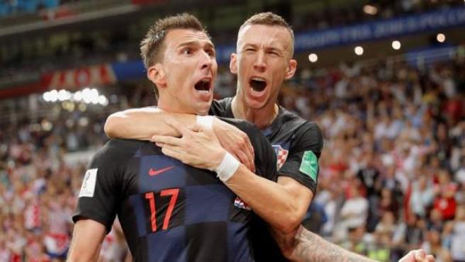 El delantero croata Mario Mandzukic, con su compañero Ivan Perisic, tras marcar el 2-1 ante Inglaterra en la semifinal del Mundial de Fútbol de Rusia 2018.