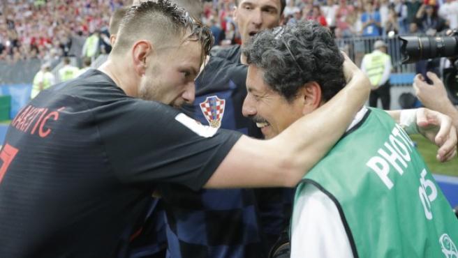 El jugador de Croacia Iván Rakitic (i) se disculpa después de chocar con el fotógrafo Yuri Cortez (d) en la celebración del gol de Mario Mandzukic durante el partido de semifinal del Mundial.