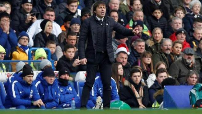 Conte dirigiendo al Chelsea