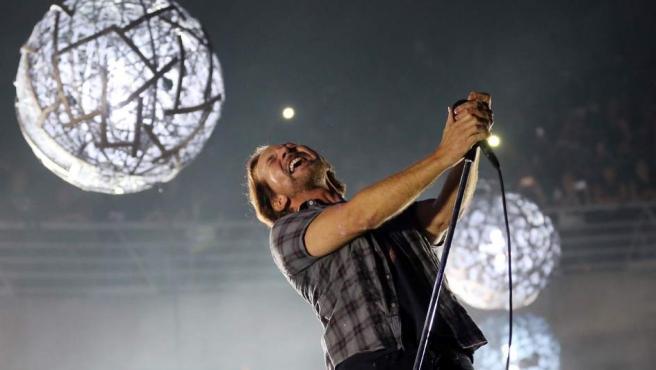 El vocalista de la banda estadounidense de rock alternativo Pearl Jam, Eddie Vedder, durante un concierto en Chile.