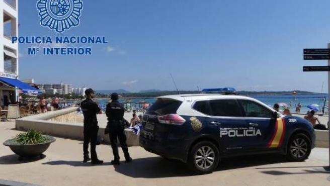 Un equipo de la Policía Nacional, en la playa de s'Illot.