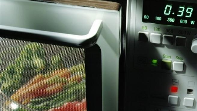 Un microondas para calentar alimentos.
