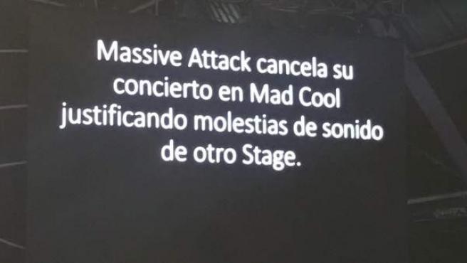 Momento en el que los organizadores del Mad Cool pusieron un mensaje en una pantalla sobre el escenario para explicar la cancelación del concierto de Massive Attack.