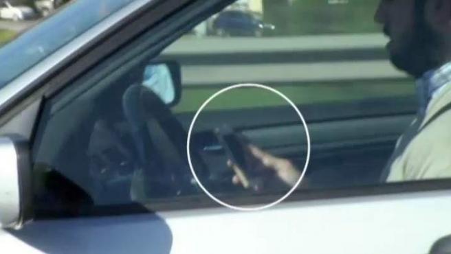 Un conductor es cazado al volante y mirando a la vez el teléfono móvil.