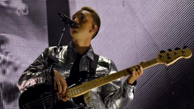 El cantante y bajista de la banda británica The xx, Oliver Sim, durante su concierto en el Bilbao BBK Live 2018.