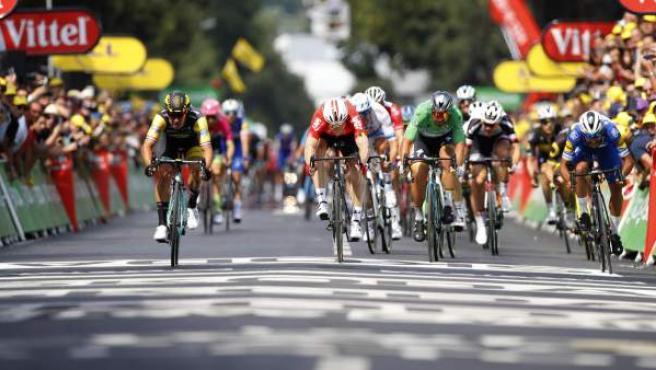 El holandés Dylan Groenewegem (Lotto Jumbo), a la izquierda, ganó la octava etapa del Tour de Francia disputada entre Dreux y Amiens.