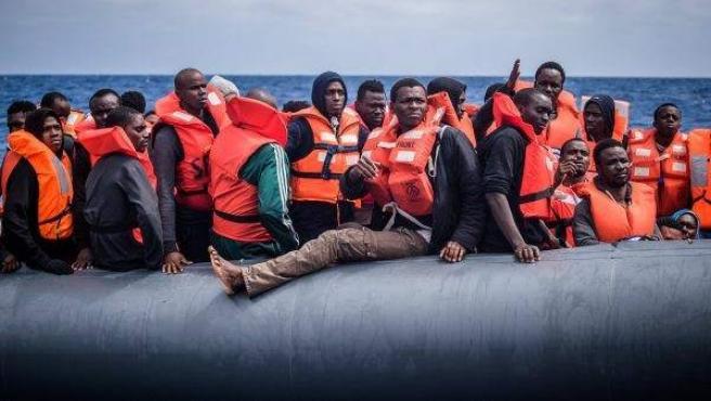 Refugiados en una lancha esperan a ser rescatados por miembros de la ONG 'SOS Méditerranée'.