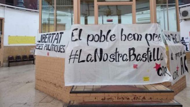 Algunas de las pancartas que varios independentistas vinculados a los CDR han colgado en la Modelo de Barcelona.