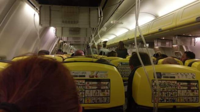 Momento en el que las máscaras de oxígeno de un vuelo de Ryanair han caído tras un descenso súbito de emergencia desde una altura de 11.000 metros.