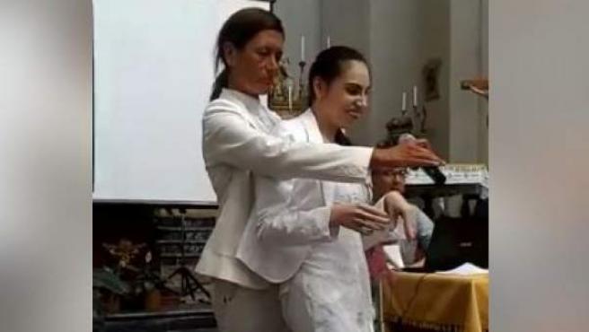 Alfina Fresta, que sufre un tipo de parálisis cerebral, cantando en una iglesia siciliana.