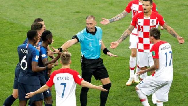El árbitro de la final del mundial, Pitana, durante el Francia-Croacia.