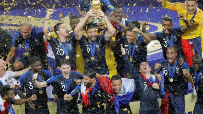 Los jugadores de la selección francesa alzan la Copa del Mundo.