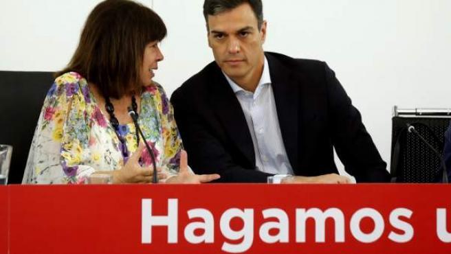 Pedro Sánchez, presidente del Gobierno, con Cristina Narbona, presidenta del PSOE.