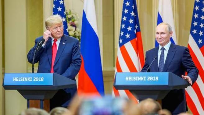 El presidente estadounidense, Donald J. Trump (i), y su homólogo ruso, Vladimir Putin (d), ofrecen una rueda de prensa conjunta.