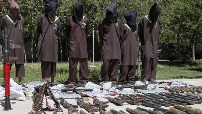 Vista de un grupo de supuestos militantes talibanes afganos junto a las armas incautadas durante una operación en Kabul, Afganistán.