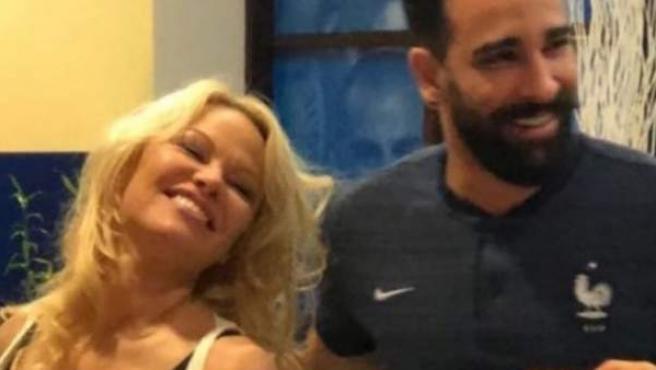 Pamela Anderson y Adil Rami, celebrando la copa del Mundial conseguida por Francia.