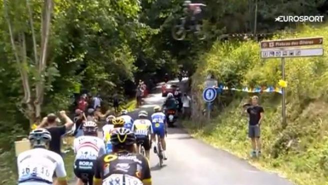 Momento en el que un aficionado saltó por encima del pelotón con su bicicleta en el Tour de Francia 2018